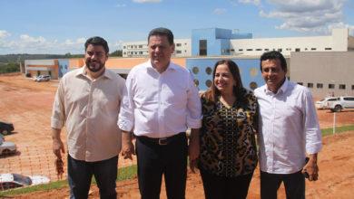 Valmir Pedro, Marconi, Eliane e o vice-prefeito Juarez, com a obra do Hospital Regional de Uruaçu ao fundo (Foto: Osvando Teixeira)