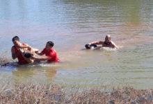 Momento em que os bombeiros retiram o garoto da água (Fonte: Divulgação 11º BBM)