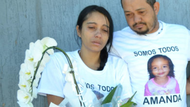 Abalados, pais de Amanda participaram da caminhada (Foto: Eliane Alves)