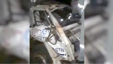 Caminhão ficou destruído após cair em ribanceira (Foto: Divulgação bombeiros)