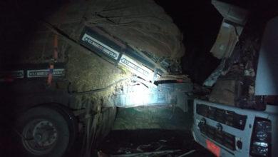 Com o impacto da batida na traseira da carreta, motorista que estava a frente do veículo foi esmagado (Foto: PRF)