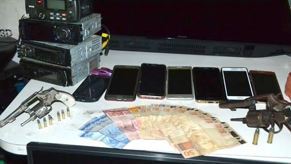 Armas, dinheiro e celulares foram apreendidos durante operação (Foto: Polícia Militar)