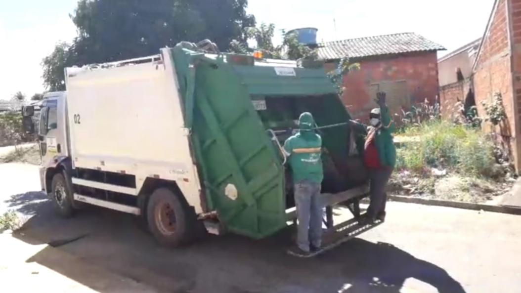TUDO NORMAL - Caminhões da Servflora reassumiram o trabalho de coletar o lixo das casas dos moradores de Niquelândia [Foto:  Reprodução/WhatsApp]