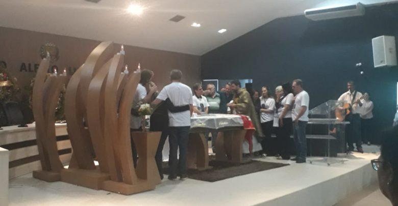 Missa de Corpo Presente foi celebrada pelo padre Gilson Jardene Guimarães Barreto, pároco da Paróquia Nossa Senhora da Abadia, em Goianésia: momento de muita dor aos familiares e amigos [Foto: Euclides Oliveira