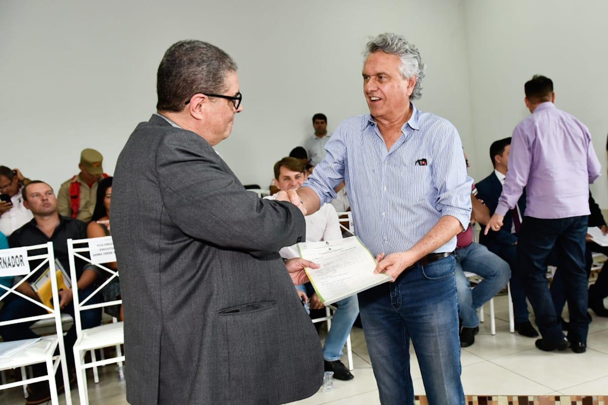 Luciano de Freitas Borges, executivo da mineradora, em outro momento da entrega da licença ambiental em Minaçu, diretamente das mãos do governador Ronaldo Caiado/DEM [Foto: Divulgação/Governo de Goiás]