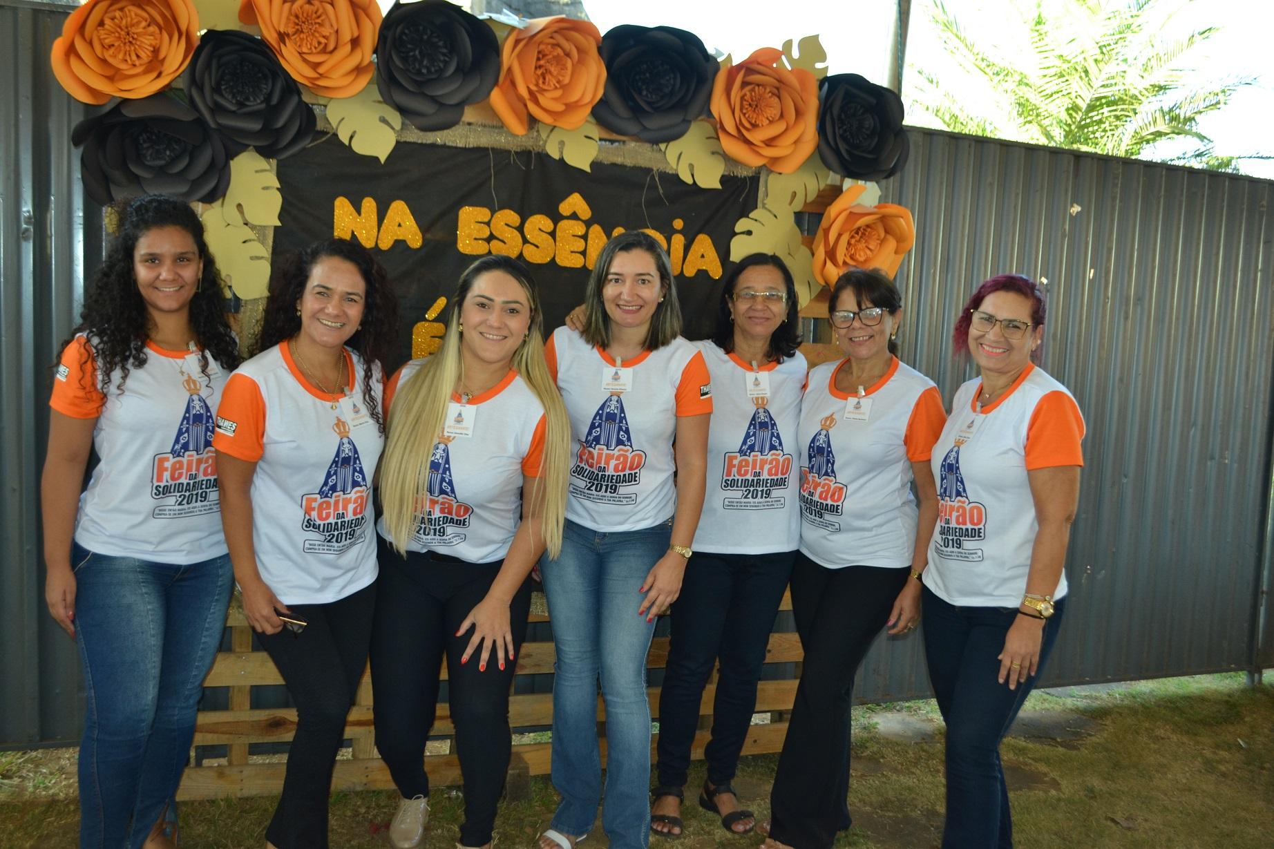 Dennifer Dias (3ª da esquerda para a direita) esforçou-se muito com a equipe na barraca de artesanatos [Foto: Euclides Oliveira]