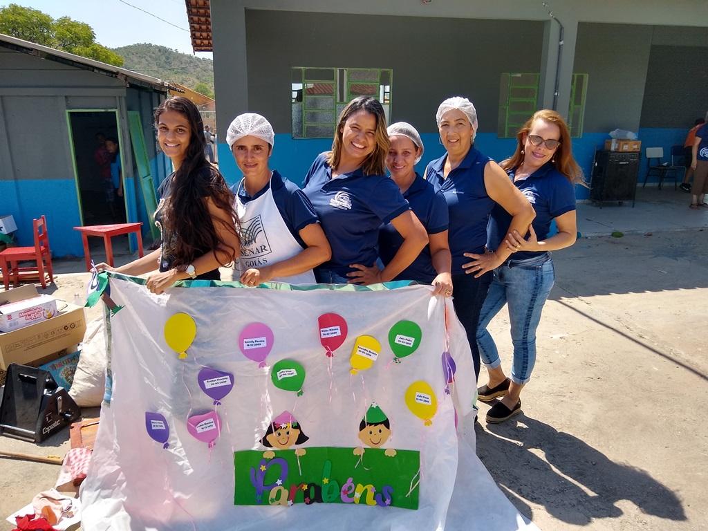 DESAFIO - Equipe da escola e empregadas da CBA reunidas na ação voluntária, que devolveu Escola Municipal Santa Cecília ambiente mais confortável para o processo de ensino-aprendizagem